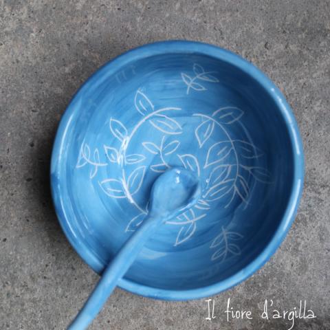ciotola azzurra con foglie incise