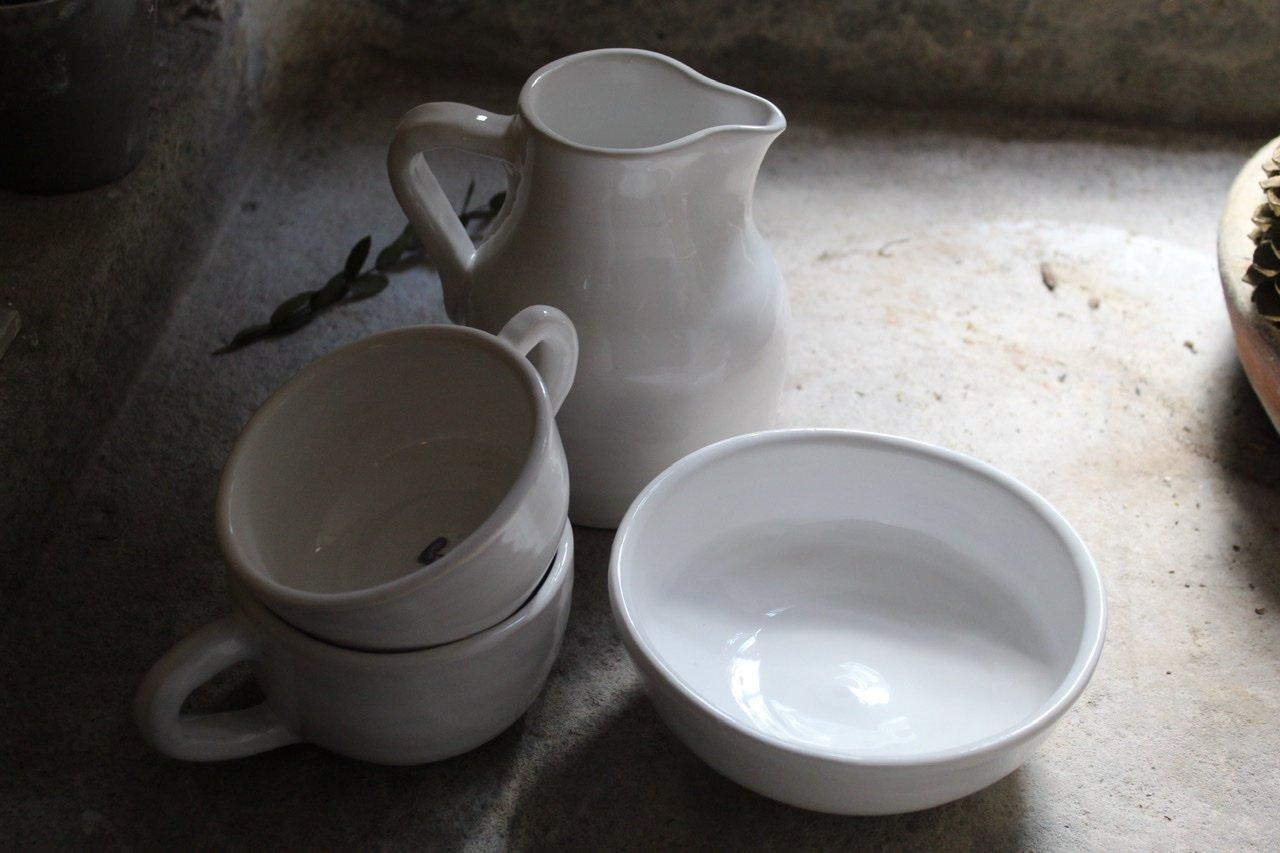 Tazze, brocca e ciotolina smaltate di bianco
