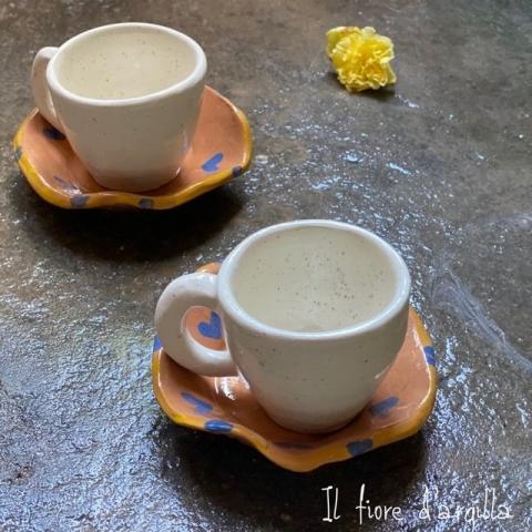 Tazzine bianche con piattino color terracotta