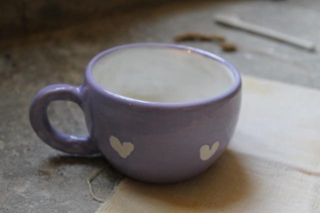 tazza con cuori incisi