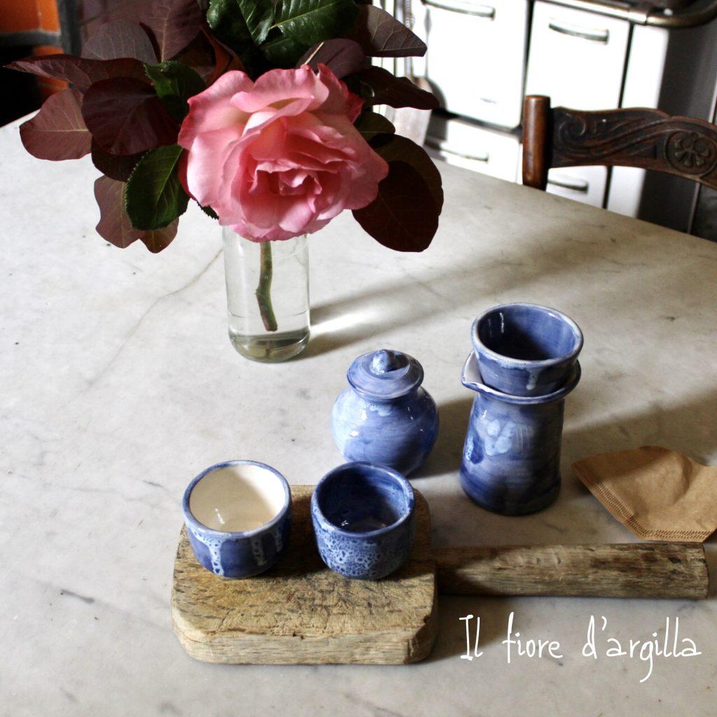 Set per preparare il caffè filtrato composto da caraffa, porta caffè, tazze e piattini